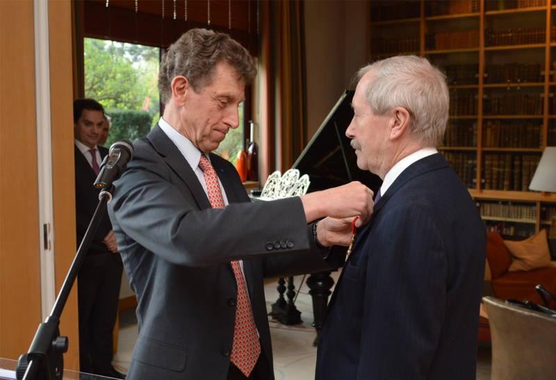 Janusz Onyszkiewicz otrzymuje insygnium Oficera Legii Honorowej od Ambasadora Francji w Polsce Pierre Buhler